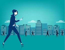 Donna di affari che cammina sulla città facendo uso di uno Smart Phone