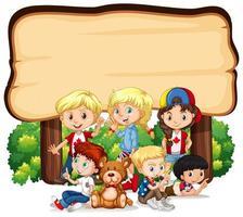 Placa de madeira em branco com crianças vetor