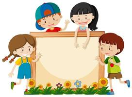 Panneau en bois blanc avec des enfants heureux
