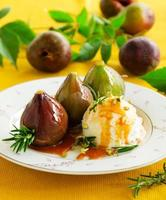 Baked figs with caramel and ice cream.