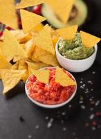 guacamole com nachos em freeze motion