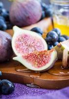 higos frescos y uva oscura