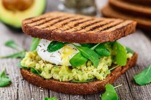sandwich con aguacate y huevo escalfado