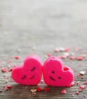 Dos corazones sobre un fondo de madera en el día de San Valentín.