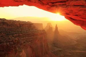 arco de mesa brilhante ao nascer do sol, parque nacional de canyonlands, utah, u foto