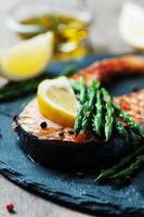 salmón cocido con espárragos y limón