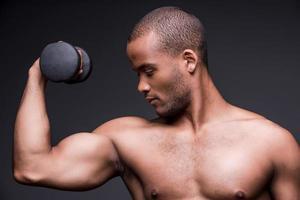 hacer ejercicio con pesas.