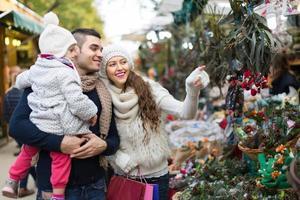 família no mercado floral foto