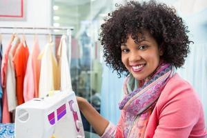 diseñadora de moda femenina con máquina de coser