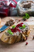 paté de hígado tradicional en pan fresco foto
