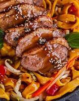dack viande frite avec nouilles aux oeufs