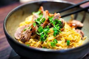 plato tailandés con pato asado y fideos foto