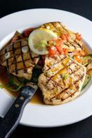 pollo a la parrilla con verduras frescas y limón