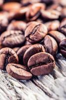 Granos de café sobre fondo de madera grunge.