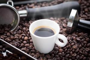 Espresso caliente en una taza blanca.