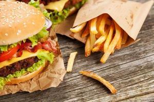 deliciosas hamburguesas y papas fritas