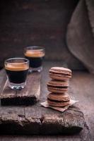 Macarons de chocolate sobre un fondo de madera, enfoque selectivo foto