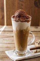 café gelado com leite e sorvete de chocolate