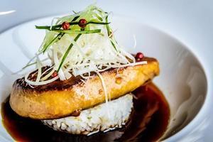 foie gras y filete de onigiri yaki onigiri a la parrilla foto