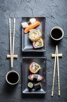 Sushi für zwei auf schwarzem Stein serviert