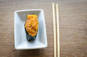 erizo de mar huevos sushi foto