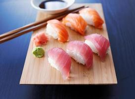 prato colorido de sushi nigiri com salmão e atum