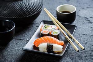 Nahaufnahme von frischem Sushi in einer schwarzen Keramik serviert
