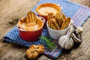 salsa de tomate y queso al horno con tostadas crujientes de ajo foto