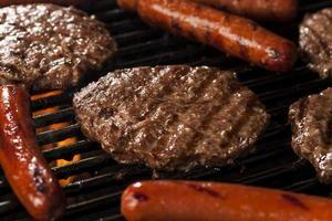 hamburgers en hotdogs op de grill