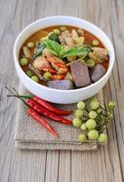 pollo al curry verde tailandés con fondo de madera vieja