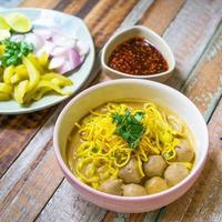 sopa de curry de fideos tailandeses del norte (khao sawy o khao soi). foto