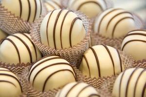 trufas de chocolate blanco con rayas oscuras foto