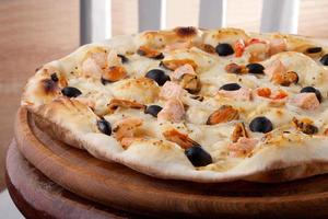 pizza with shrimp and mussels