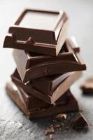 trozos de chocolate apilados foto