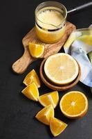 jugo de naranja en la oscuridad. cocinando ingredientes foto