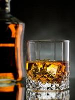 whisky op de rotsen