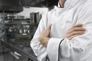 sección media del chef con los brazos cruzados foto
