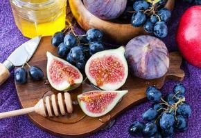 Fresh figs and dark grape