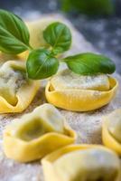 cocina casera, ravioles recién hechos pasta italiana foto