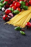 espaguetis crudos con tomate y albahaca foto