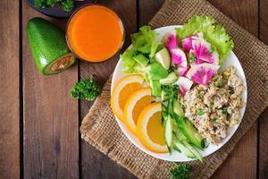 cardápio dietético. café da manhã. mingau de aveia com legumes e laranja