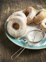 rosquillas frescas en placa foto