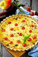pastel con berenjenas y verduras, masa de mantequilla y relleno de huevo foto