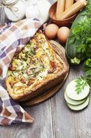 tarta de calabacín, salchichas y hierbas