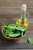 espinacas frescas y aceite de girasol foto