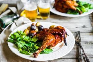 medio pollo asado con papas y espinacas foto