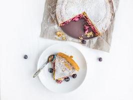 pastel de crema pastelera con cerezas frescas foto