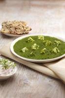 salsa de palak paneer con nan, comida india, india foto