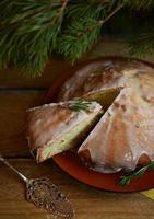 Lemon pie with rosemary and lime icing