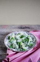 albóndigas de espinaca y ricota con albahaca y queso parmesano foto